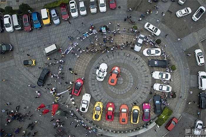 Cuối tuần qua, tại quảng trường ở Hồ Nam, một đại gia Trung Quốc đã chơi trội, tung truyền đơn kêu gọi thành lập hội đua xe hạng sang.