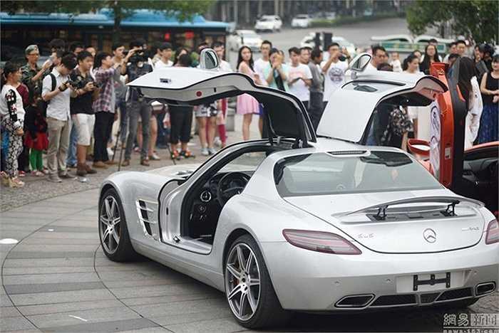 Hơn 20 chiếc siêu xe đã có mặt tại đây ước tính trị giá cả trăm tỷ đồng, trong đó đắt nhất là siêu xe Lamborghini có tổng trị giá bằng cả đoàn xe lên tới hơn 2 triệu USD (khoảng 45 tỷ đồng).