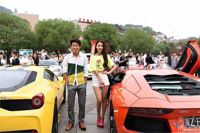 Rất đông người dân đã tập trung tại khu vực quảng trường để chiêm ngưỡng dàn xe siêu khủng và ngắm các cô người mẫu xinh đẹp.