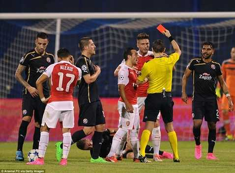 Giroud bỏ lỡ nhiều cơ hội và còn phải nhận thẻ đỏ