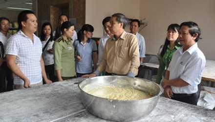 Đoàn liên ngành kiểm tra an toàn vệ sinh thực phẩm tại cơ sở bánh trung thu Bảo Phương. Ảnh: Hà Nội mới