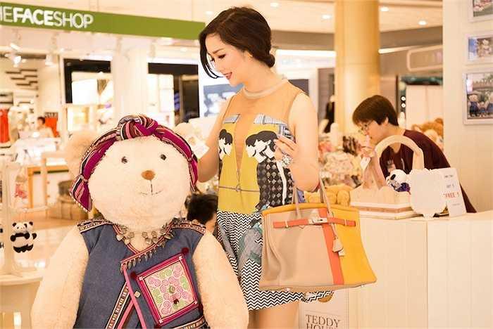 Hoa hậu Đền Hùng gây ấn tượng với gu thời trang trẻ trung.