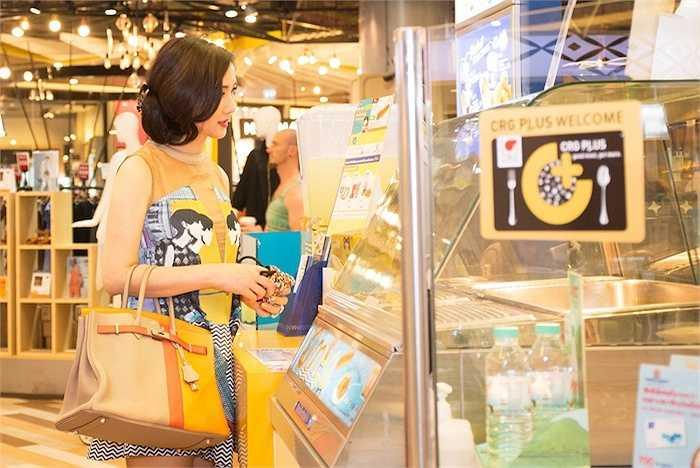 Cô dạo 1 vòng để mua sắm ít đồ gửi cho con gái ở xa.