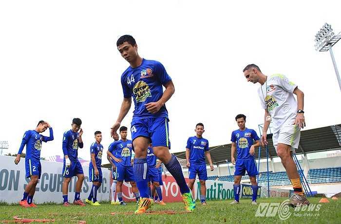 Các cầu thủ phải nhảy qua những chiếc vòng có những màu khác nhau trên mặt sân. Họ chỉ được di chuyển bằng mũi chân và không được phép để chân chạm vào vòng. (Ảnh: Minh Trần)