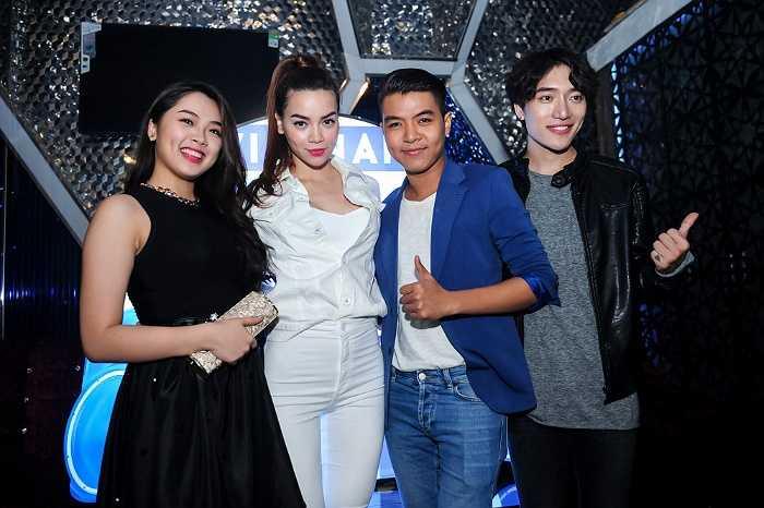 Hot girl Vietnam Idol còn không ngần ngại 'đọ sắc' với đàn chị. Nếu Khánh Tiên diện cả 'cây' đen thì nữ hoàng giải trí lại đối lập bằng cả 'cây' trắng.