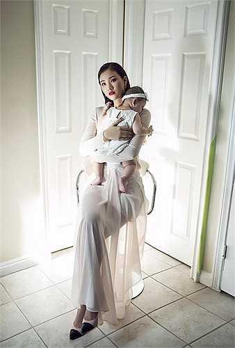 Maya vừa cùng con gái cưng hơn 7 tháng tuổi thực hiện một số concept hình ảnh ấn tượng, ý nghĩa.