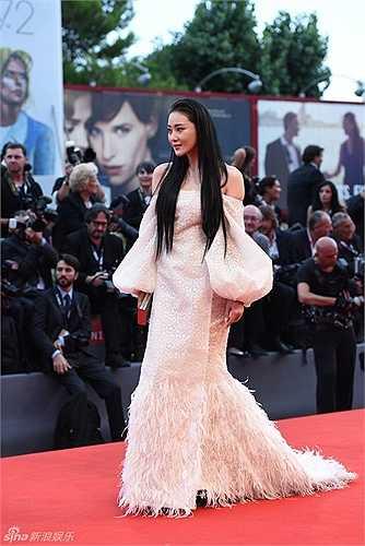 Tại LHP Quốc tế Venice lần thứ 72 vừa diễn ra, người đẹp Trương Hinh Dư khoe sắc với váy trắng bó sát. Báo chí trong nước khen ngợi cô như nàng tiên cá gợi cảm trên thảm đỏ. Tuy nhiên, trên thực tế, cô không tạo được dấu ấn với phóng viên quốc tế. Trong cả màn trình diễn thảm đỏ, rất ít phóng viên nước ngoài hướng ống kính về phía cô.