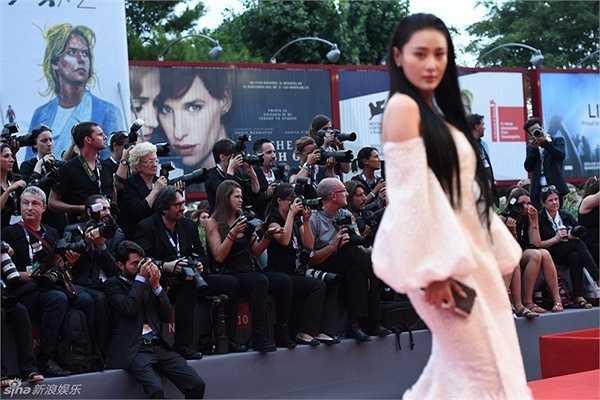 Trương Hinh Dư lẻ loi trên thảm đỏ quốc tế. Trả lời phỏng vấn khi về nước, cô né tránh nói về thông tin này.