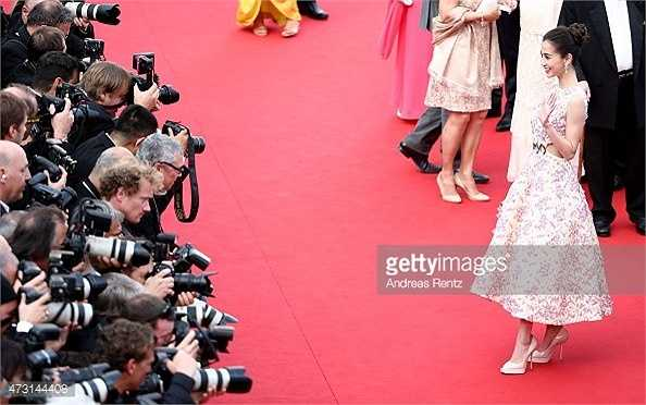 Angela Baby khi có mặt trên thảm đỏ LHP Cannes cố tình tạo dáng lâu mặc dù số lượng phóng viên quan tâm đến cô gần như không có. Trước những chỉ trích, cô vui vẻ: 'Được xuất hiện trên thảm đỏ quốc tế là giấc mơ của bất kỳ ai và tôi cũng vậy. Nán lại chút cũng thêm hạnh phúc'. (Nguồn: Zing)