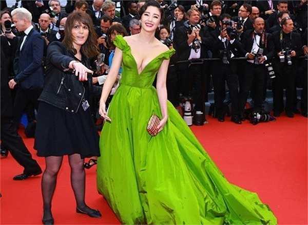Trương Vũ Kỳ nổi bật hơn hẳn những ngôi sao Hoa ngữ khác tại LHP Cannes lần thứ 66 bởi chiếc váy cổ chữ V khoét sâu. Nhưng nữ diễn viên tạo dáng quá lâu khiến một nhân viên an ninh phải đến nhắc nhở. Nhiều người có mặt tại sự kiện ái ngại khi cô tạo dáng gần 4 phút trên thảm đỏ, ảnh hưởng đến những nghệ sĩ khác.