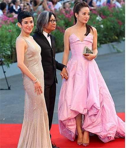 Triệu Vy trên thảm đỏ LHP Venice cùng vợ chồng đạo diễn Trần Khả Tân. Cô khiến nhiều người thất vọng khi mặc váy nhàu.