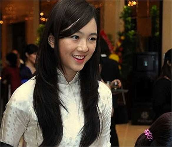 Anh Sa là con gái đầu lòng của Hoa hậu đền Hùng Giáng My.