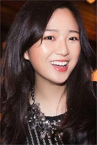 Con gái yêu của Hoa hậu Giáng My ngày càng cuốn hút nhờ nhan sắc rạng rỡ và vẻ tự tin.
