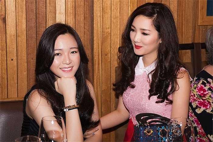 Trong bữa tiệc sinh nhật do mẹ cô vừa tổ chức, Anh Sa lại một lần nữa khiến nhiều người ngưỡng mộ vì vẻ đẹp lộng lẫy của mình.