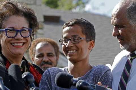 Ahmed Mohamed (giữa) trả lời phỏng vấn báo chí hôm 16/9