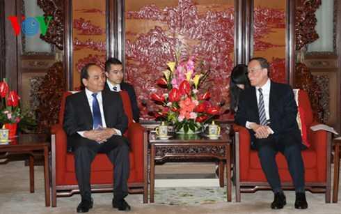 Phó Thủ tướng Nguyễn Xuân Phúc hội kiến với ông Vương Kỳ Sơn