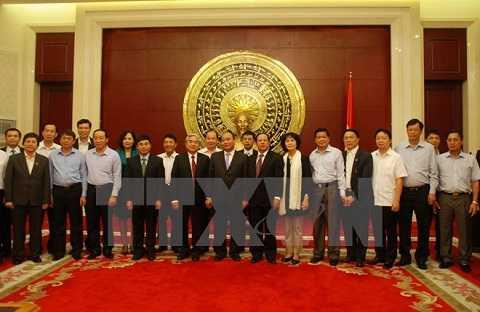 Phó Thủ tướng Nguyễn Xuân Phúc với cán bộ, nhân viên Đại sứ quán