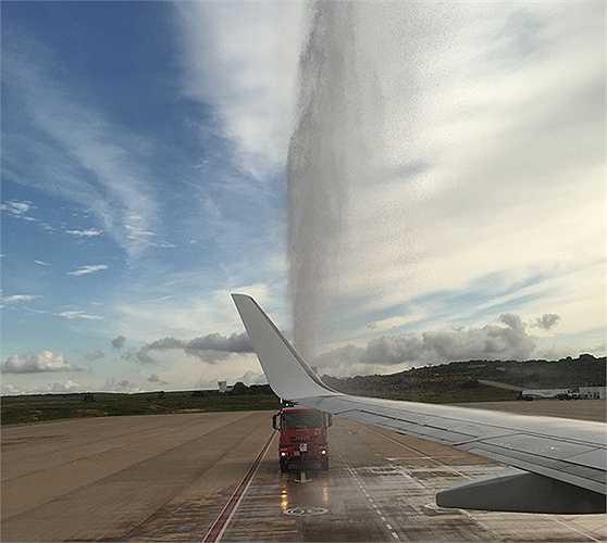 Chuyến bay hạ cánh đã được thực hiện các nghi thức chào đón rất nồng nhiệt. Chuyến bay chở 189 hành khách.