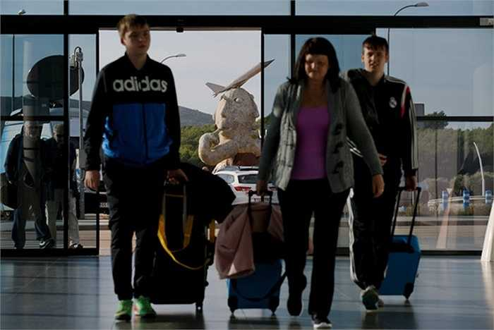 Các hành khách đầu tiên bước vào khu sảnh của sân bay sau chuyến bay từ Luân Đôn