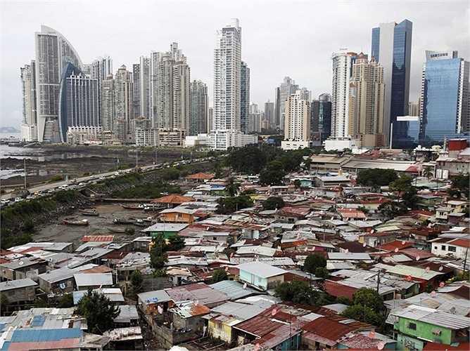 Panama - Sự phát triển của Panama chủ yếu đến từ vị trí địa lý độc đáo, đón đầu nhiều luồng thương mại quốc tế. Nơi này đã chứng kiến bùng nổ lớn về kinh tế