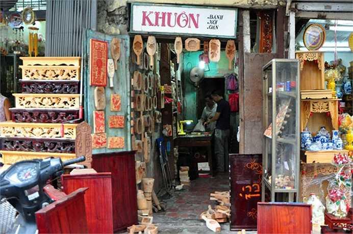 Cửa hàng của ông Quang rộng chừng 10m2, nằm nép mình trên một góc phố Hàng Quạt. Phía trước cửa hàng treo tấm biển hiệu đơn sơ với dòng chữ Khuôn: bánh, xôi, oản.