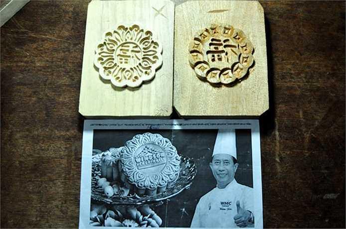 Chiếc khuôn bánh Trung thu mà ông Quang rất nhớ khi một người Nhật đặt ông khắc giống như trong ảnh. Sau đó, ông đã cải tiến dùng khuôn mẫu đó nhưng thay tên nhà hàng ở giữa khuôn bằng chữ Phúc và cách điệu thành hình đồng tiền có chữ Phúc nằm giữa.
