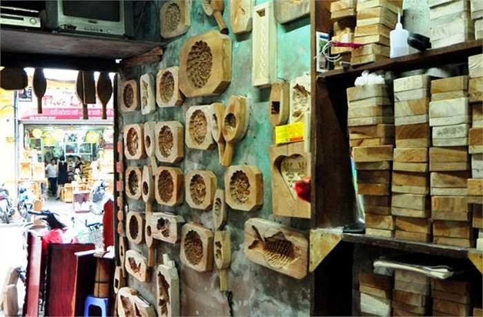 Do diện tích cửa hàng nhỏ nên các khuôn bánh được treo lên tường.