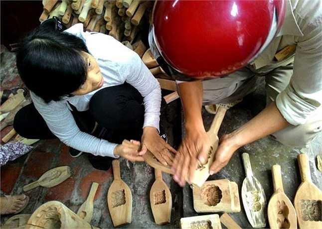 Sắp đến Trung thu, khách hàng tìm đến cửa hàng của ông Quang mua khuôn bánh càng đông hơn. Ông cho biết, mỗi ngày ông bán được khoảng 10 chiếc, có ngày còn bán được 20 chiếc
