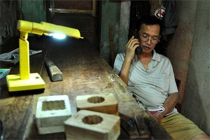 Nhiều khách hàng từ các tỉnh xa như Bắc Giang, Thái Bình, Nam Định cũng gọi điện đến đặt hàng của ông. (Nguồn: Dân Việt)