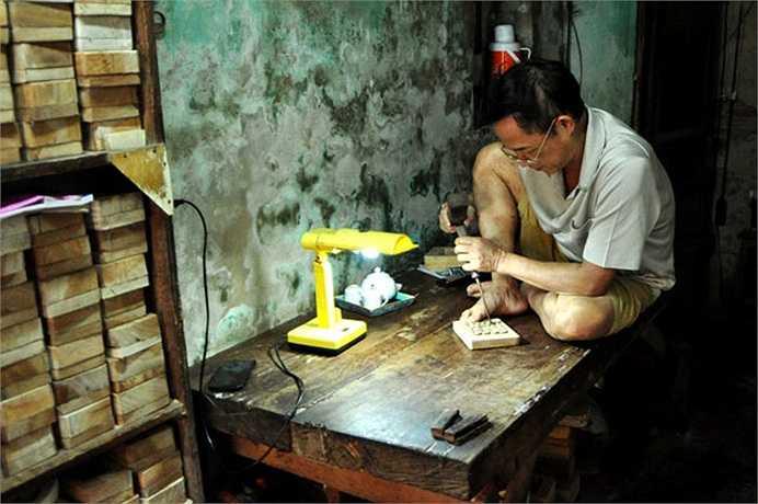 Ông Quang là một trong những người thợ còn gắn bó và quyết sống chết với nghề làm khuôn bánh.