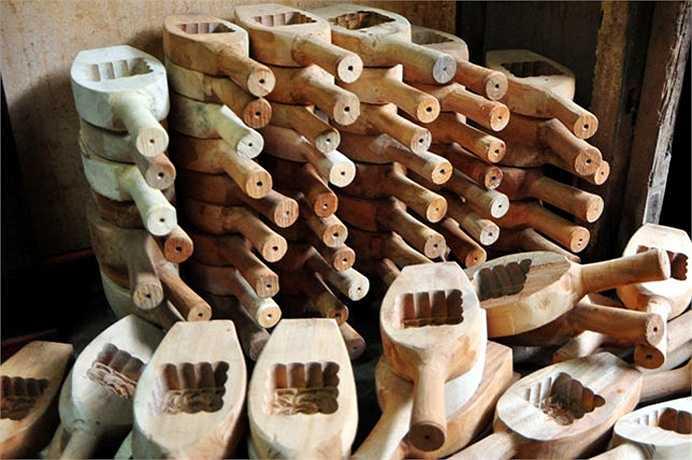Bên trong cửa hàng của ông Quang xếp đầy những chiếc khuôn gỗ làm bánh Trung thu hình cá chép, hoa sen, hoa hồng…
