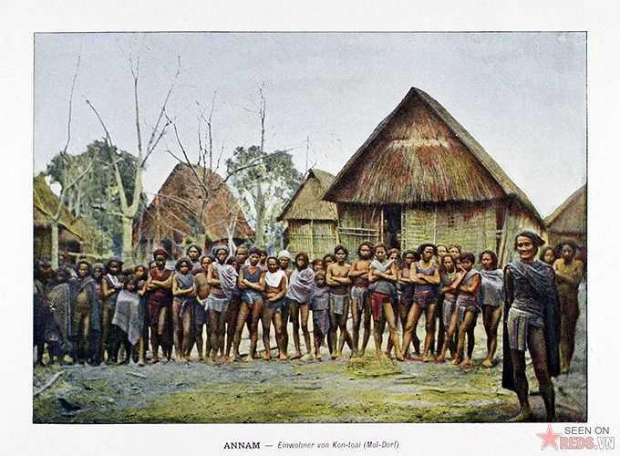 Người dân tộc thiểu số trong một bản làng ở Kon Tum.