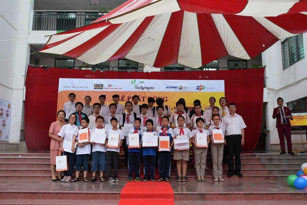 Ban tổ chức trao giải cho các đội thi