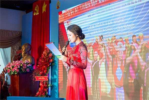 Diện chiếc áo dài màu đỏ có in những hoạ tiết hoa mai, hoa đào đặc trưng của Việt Nam, Hoa hậu Trần Thị Quỳnh xuất hiện duyên dáng và thu hút trong một sự kiện tại TP Hồ Chí Minh