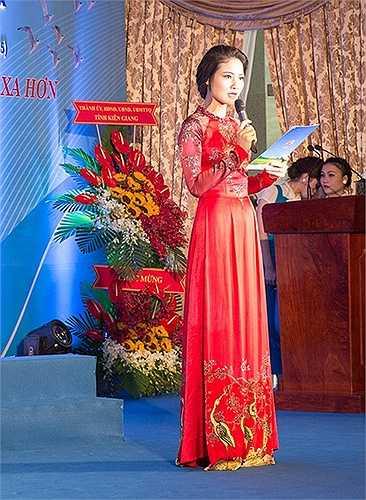 Cô được yêu mến bởi vẻ đẹp dịu dàng, nhẹ nhàng trong tà áo dài truyền thống