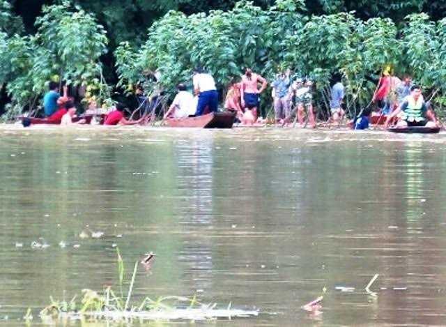 Lực lượng chức năng và người dân xã Sơn Phú tìm thấy thi thể em Tuấn. Ảnh: Minh Lý