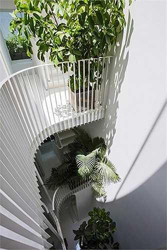 """""""Tâm điểm của ngôi nhà là sự tương tác giữa ánh sáng và thiên nhiên"""", kiến trúc sư cho biết. """"Khoảng không gian mở cung cấp tầm nhìn từ bên trong và ra cả bên ngoài. Dù vậy, ngôi nhà vẫn có không gian riêng tư và an toàn khi cần thiết""""."""