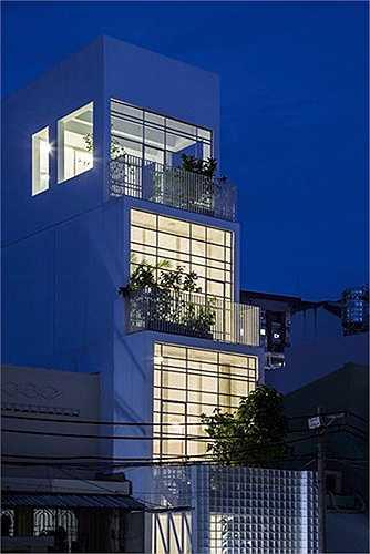 Biệt thự độc đáo này hướng đến sự giản đơn, đảm bảo tốt việc thông gió, lấy sáng tự nhiên trong một không gian có diện tích hẹp.