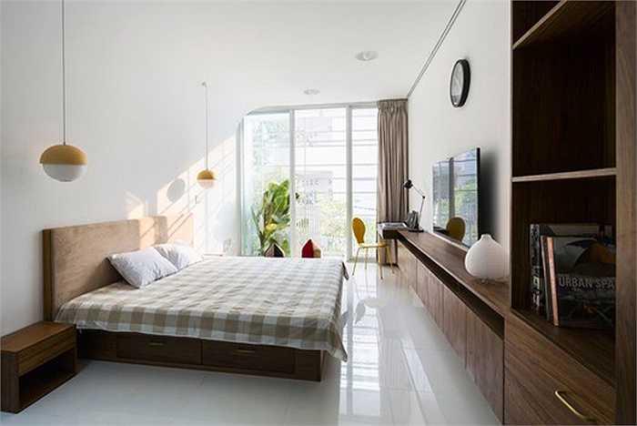 Phòng ngủ được bố trí ở mặt trước và sau hướng ra ban công và sân sau ngôi nhà cùng với một phòng làm việc.