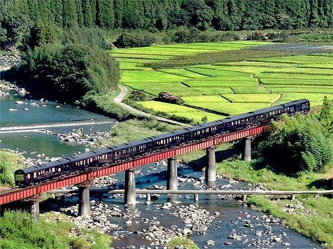 Seven Stars ở Kyushu (Nhật Bản): Chuyến tàu du lịch sang trọng này đi qua vùng núi đẹp của Kyushu và ghé ở  Yufuin - nơi có suối nước nóng nổi tiếng