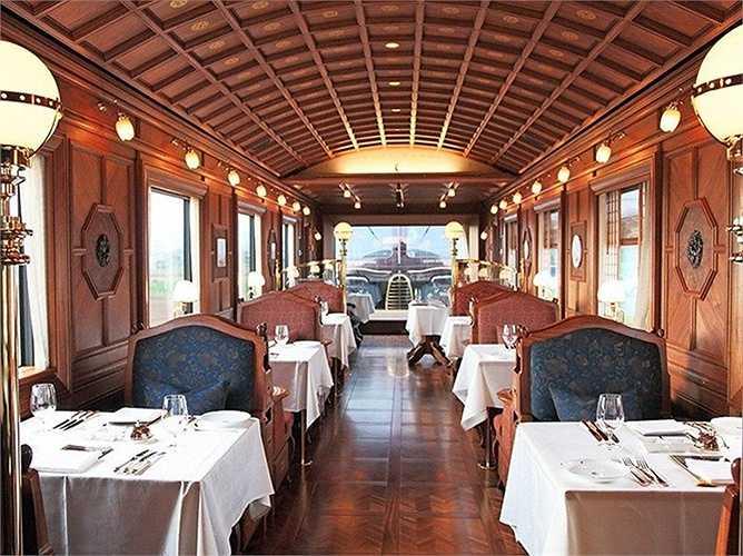 Trần làm từ gỗ, kiểu mái cong. Phòng ăn rộng rãi, thoáng mát theo phong cách nhà ở truyền thống ở nông thôn Nhật Bản