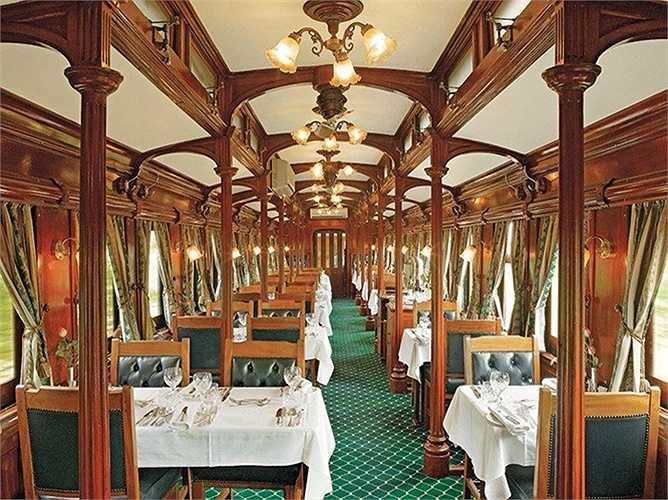 Phòng ăn không rộng lắm nhưng các chi tiết cột kèo được chạm trổ rất thanh nhã