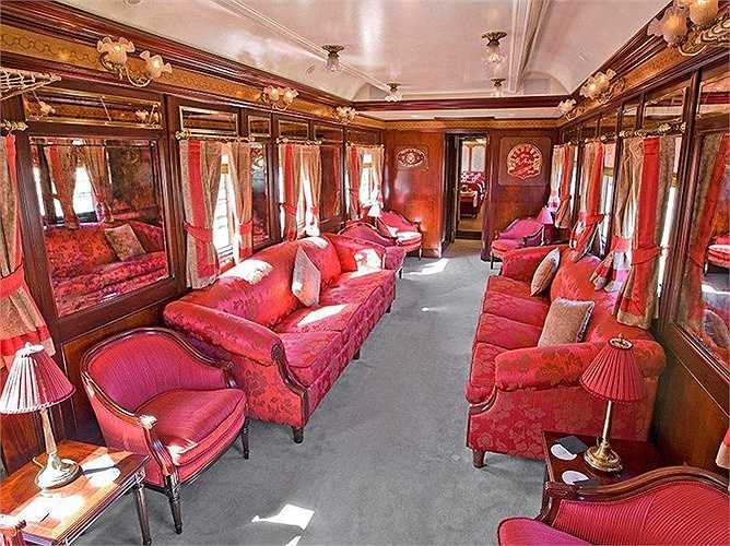 Tàu này được xây dựng từ những năm 1920 với phong cách thiết kế ấn tượng nhờ kết hợp tone màu hồng