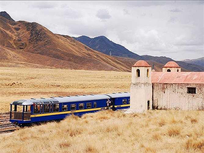 Andean Explorer ở Peru: Chuyến tàu đưa du khách khám phá vùng cao nguyên của nước này. Những cánh cửa sổ giúp nhìn toàn cảnh và cả khung cửa trên mái để ngắm bầu trời rất đẹp