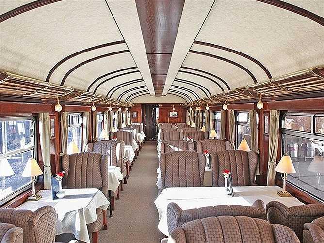 Các chi tiết trang trí bên trong làm bằng đồng, thiết kế trần thanh lịch lấy cảm hứng những chiếc xe lửa từ những năm 1920