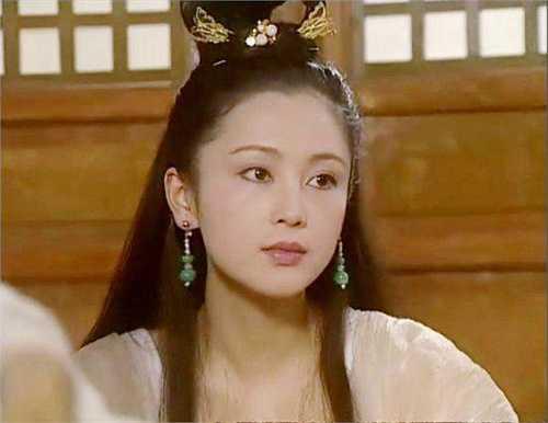 Khi đảm nhận vai Hằng Nga trong Dương quang xán lạn Trư Bát Giới, mỹ nhân Trần Hồng đã 32 tuổi song điều đó không hề làm mất đi khí chất thần tiên và vẻ đẹp rạng rỡ của cô.