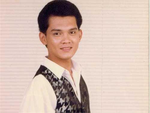 Nghệ sĩ Hữu Châu là con nhà nòi. Bà nội anh là bầu Thơ - chủ đoàn cải lương nổi tiếng của Sài Gòn. Bố mẹ anh đều là nghệ sĩ cải lương nổi tiếng. Chú là nghệ sĩ Bảo Quốc và cô ruột là nghệ sĩ Thanh Nga. Sinh ra trong một gia đình danh giá nên tuổi thơ của nghệ sĩ sinh năm 1966 rất yên ả. Anh được ăn ngon, mặc đẹp, ở biệt thự, một bước xuống xe, hai bước lên xe