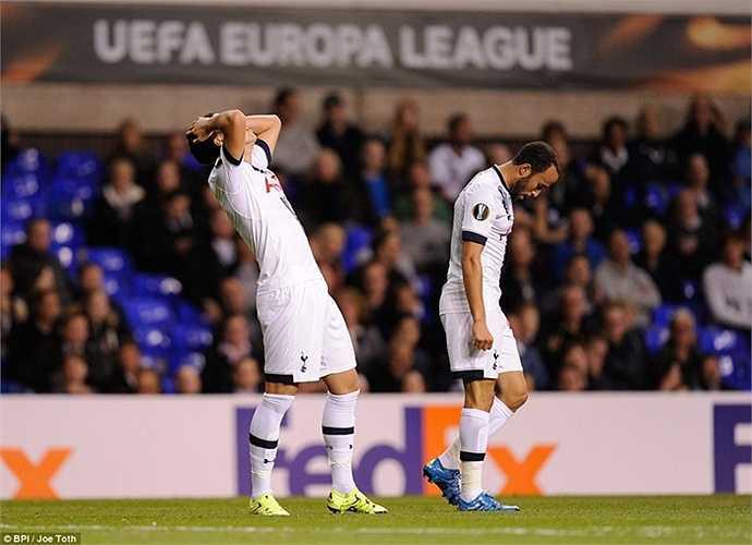 Son Heung Min và Townsend tiếc nuối sau khi bỏ lỡ 1 cơ hội. Tình huống này xảy ra trước khi 'Ronaldo xứ Hàn' có bàn thắng đầu tiên