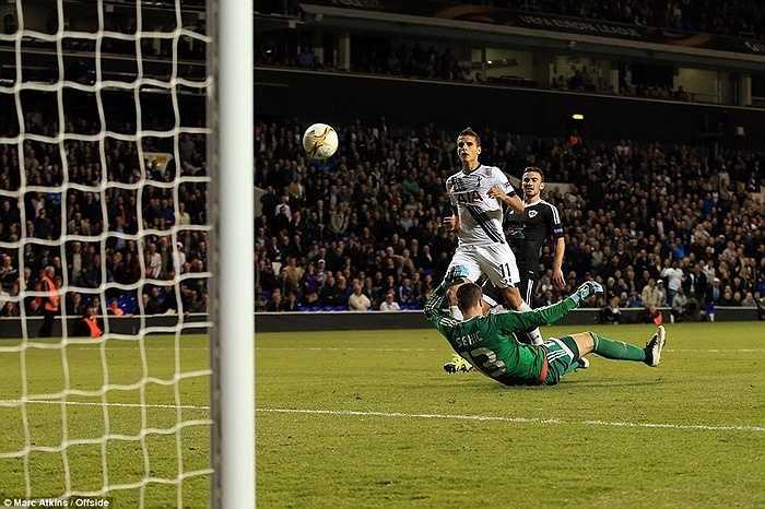 Erik Lamela ấn định chiến thắng 3-1 cho Tottenham trong hiệp 2. Với 3 điểm có được, Gà trống đã vươn lên đứng đầu bảng J
