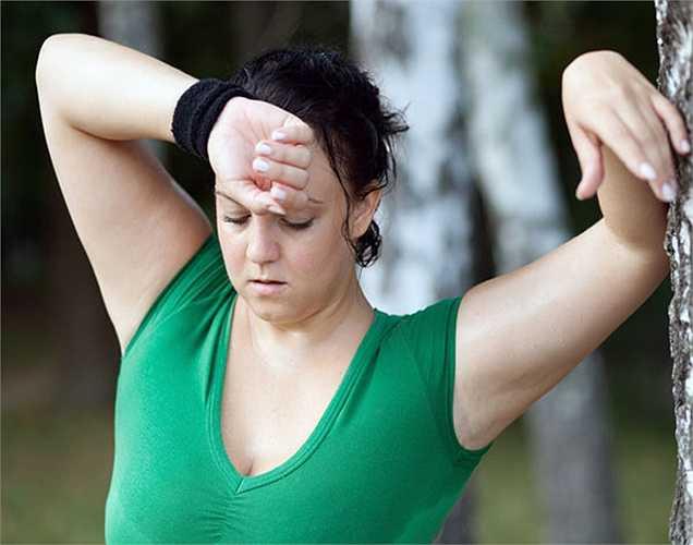 Mệt mỏi: là một trong những triệu chứng quan trọng nhất của thiếu sắt trong cơ thể. Sắt là nguồn quan trọng mang oxy đi khắp cơ thể tạo năng lượng. Nếu bạn đang bị thiếu sắt, bạn sẽ cảm thấy mệt mỏi, yếu đuối và kiệt sức sau khi làm việc nhỏ.